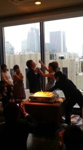 Der Bräutigam wird mit Torte gefüttert.