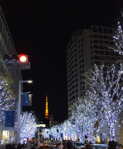 Mit Tokyo Tower im Hintergrund.