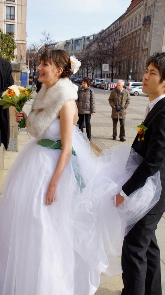 Hinter jeder Frau in einem weißen Monstertüllkleid steht ein starker Ehemann. ;)